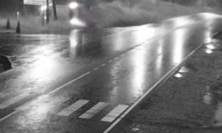 ДТП на Закарпатті: водій легковика вилетів у кювет та перекинувся (відео)
