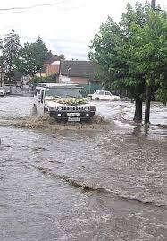Через сильну зливу деякі вулиці Ужгорода перетворились на річки (відео)