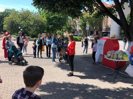 Солодощі та виступ аніматорів: У Виноградові діток привітали зі святом