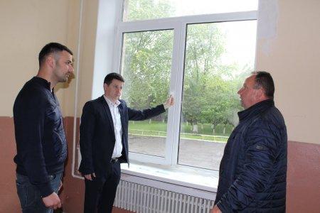 У школі села Олешник встановлюють нові вікна та двері