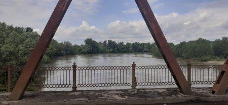 На Закарпатті прикордонники врятували життя українцю, якого без свідомості несло течією річки (фото)