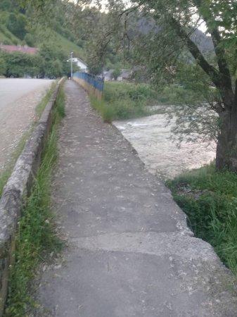 На Рахівщині вандали знищили поруччя мосту (ФОТО)