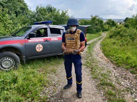 На Перечинщині хлопчик гуляв на околиці села й наткнувся на вибухівку