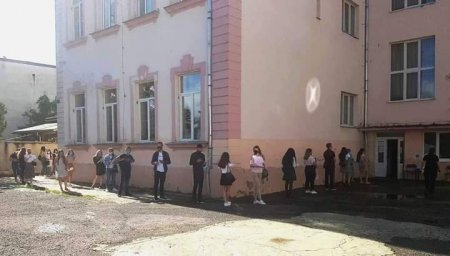 В Ужгороді сьогодні випускники писали ЗНО з української мови та літератури (фото)