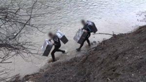 Журналісти ДПС показали, як тютюнові контрабандисти-«бобри» на Закарпатті переправляють товар (ВІДЕО)