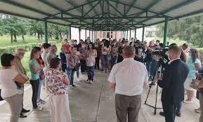 Люди вийшли на мітинг, вони проти ліквідації школи-інтернат  у Великому Березному (фото, відео)