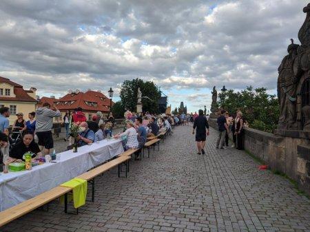 На Карловому мосту в центрі Праги влаштували застілля-прощання з коронавірусом (фото)
