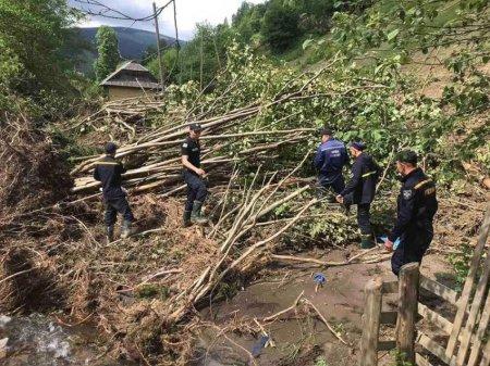 Військові та рятувальники допомагають ліквідовувати наслідки повені на Міжгірщині та у Рахівському районі