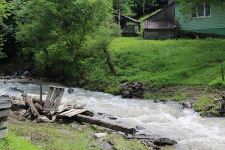 На Тячівщині гірська річка пошкодила бетонний міст (фото)