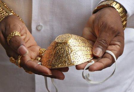 Мешканець Індії носить золоту 2,5 кг маску від коронавірусу за 4 тис. дол. (фото)