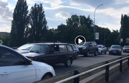 В Ужгороді на транспортному мості ДТП: зіштовхнулись три автівки (відео)