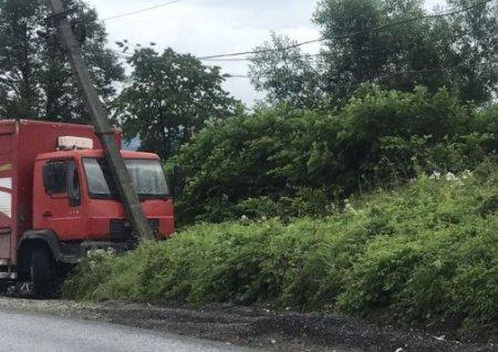 На Тячівщині вантажівка влетіла у стовп