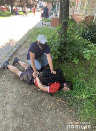 Поліцейські Ужгорода у обласному центрі затримали наркозбувача