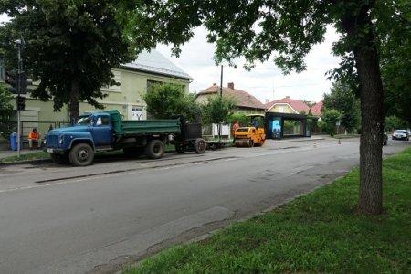 На двох вулицях Ужгорода роблять поточний ремонт дорожнього покриття