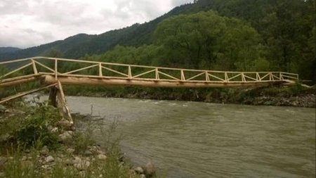 Жителі  Усть-Чорної самотужки відновили зруйнований міст (фото)