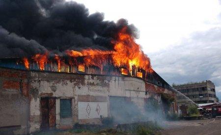 У Хусті горить підприємство: на місці працює 6 одиниць техніки (фото)