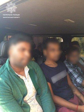 Закарпатські патрульні  зупинили мікроавтобус, у якому перебувало семеро іноземців без документів