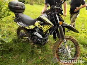 На Хустщині троє молодиків викрали припаркований біля котеджних будиночків мотоцикл киянина (ФОТО)