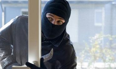 На Закарпатті грабіжник в масці та ножем пограбував хату забрав 30 гривень,пляшку горілки та пульт від телевізора