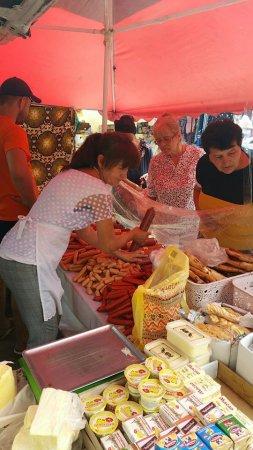 За «Крайниківськими ковбасами» на ринку у Сільці на Іршавщині займають чергу з самого ранку (ФОТО)