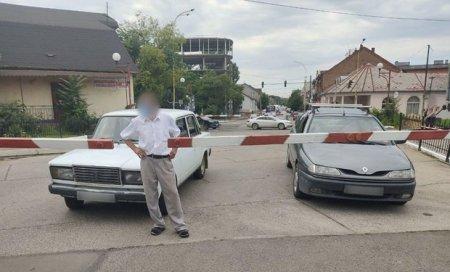 Нехтуючи правилами безпеки два автомобілі застрягли на переїзді між шлагбаумами в Ужгороді (фото)