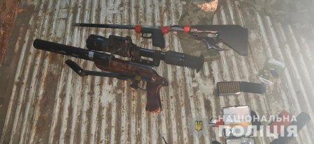 Берегівські поліцейські затримали наркодилера з арсеналом зброї