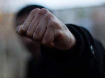 """Допили до кондиції. На Тячівщині під час застілля двоє чоловіків побили """"треттого"""""""