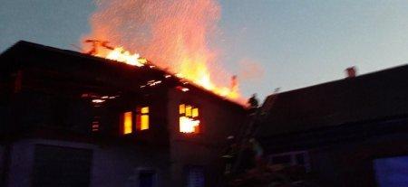 Надзвичайна подія в Рахові: вогонь знищив двоповерховий будинок (фото)