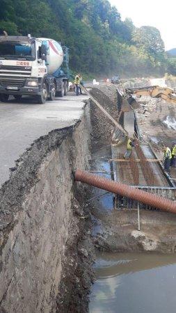 На Рахівщині тривають роботи по відновленню й будівництву підпірної стіни (Фото)