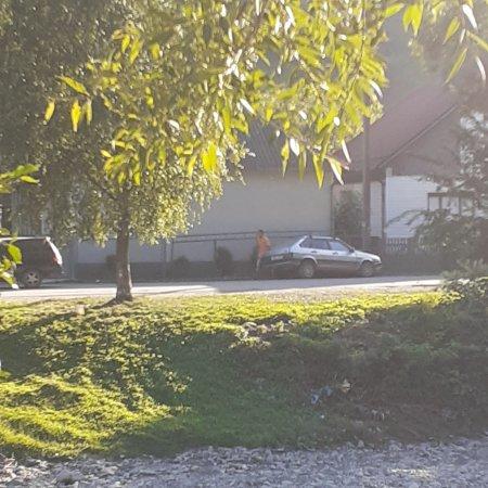 Щось пішло не так: На Рахівщині водій на жигулі врізався в стовп